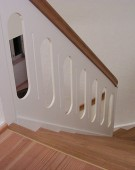 Kvartsvingstrappe med pladegelænder og klodstrin