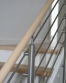 Halvsvingstrappe i ask med New Lines rustfri gelænder