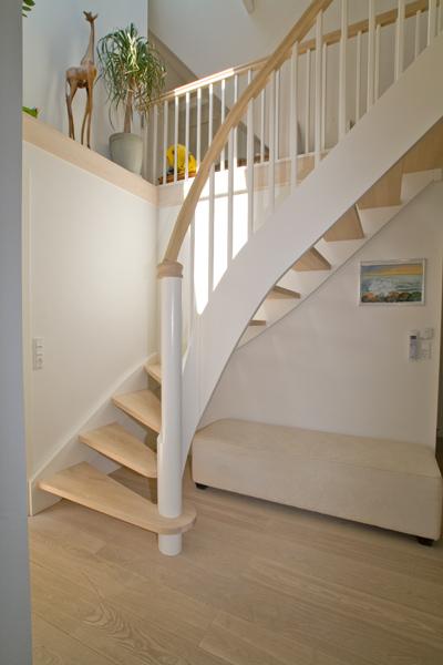 Ny trappe med trin og håndliste i hvidolieret ask - Top ...