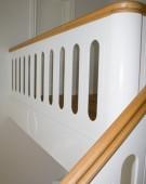 Kvartsvingstrappe med gennemgående hovedstykke og håndlistekrumning