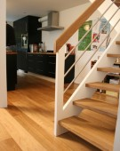 Åben trappe med rustfri trappegelænder
