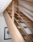Kvartsvings trætrappe i eg med rustfri gelaender