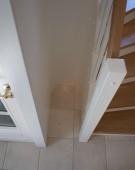 Halvsvingstrappe i eg med dør til kældertrappe