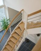 Trappe med børstet rustfri vandret liggende gelænder